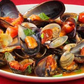 Mussel and clam soup with toasted
