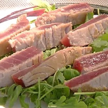 Tuna steak with rocket